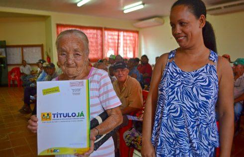 A senhora Rosaria Batista de Araujo foi com a filha para solenidade de entrega dos títulos.